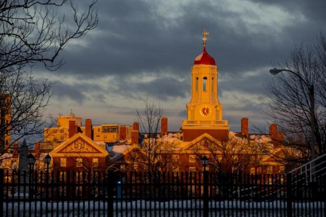 Harvard Üniversitesi (ABD): Amerika Birleşik Devletleri'nde Massachusetts eyaletinin Boston şehrinin Cambridge Mahallesi'nde bulunan ve alanında Dünya'nın en önde gelen üniversitelerinden biridir. 1636 yılında kurulan ve Ivy League üyesi olan Harvard Üniversitesi, ABD'de hala eğitim vermekte olan en eski yüksek öğretim kurumudur.
