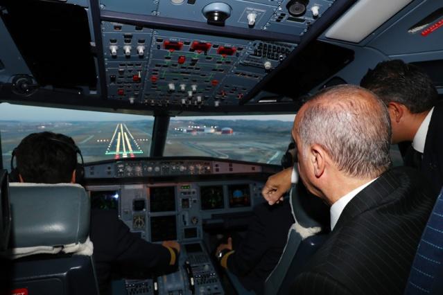 Cumhurbaşkanı Recep Tayyip Erdoğan ve beraberindekileri taşıyan TC-ANK uçağı, Gaziantep programının ardından İstanbul'a dönüşünde yapımı büyük oranda tamamlanan yeni havalimanına ilk inişi gerçekleştirdi.