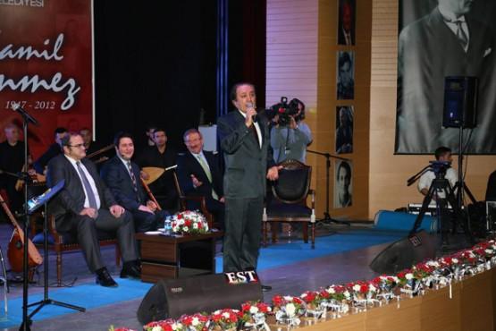 ORDU'nun yetiştirdiği en büyük sanatçılardan birisi olan Kamil Sönmez'in ölümünün 2.yıldönümü, Ordu Büyükşehir Belediyesi'nin organize ettiği muhteşem geceyle anıldı. Bu anlamlı geceye Türkiye'nin en iyi bağlama ustası Çetin Akdeniz, THM Sanatçısı Tuğrul Şan, Şenel Gök, tiyatro, sinema ve dizi oyuncusu Gafur Uzuner ile aynı zamanda Kamil Sönmez'in yeğeni olan THM Sanatçısı Umut Sönmez katıldı.