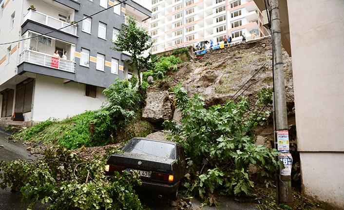 Otomobil toprak altında kaldı!