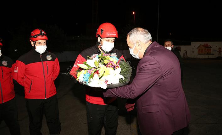 Kahramanlar çiçeklerle karşılandı