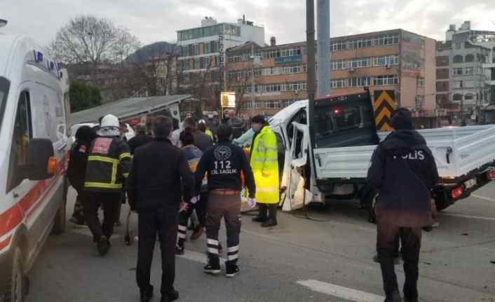 Giresun'da kamyonet otobüse çarptı: 2 yaralı