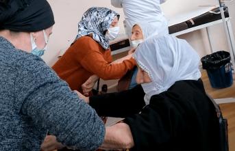 89 yaşındaki ikiz nineler aşı oldu
