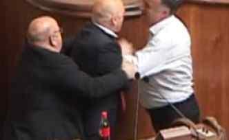 Parlamentoda yumruklu 'soykırım' kavgası