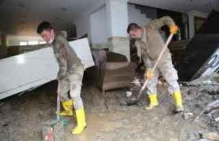 Giresun'da askerlerden afetzedelere destek