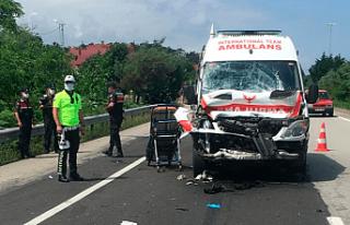 Ambulans kamyona çarptı